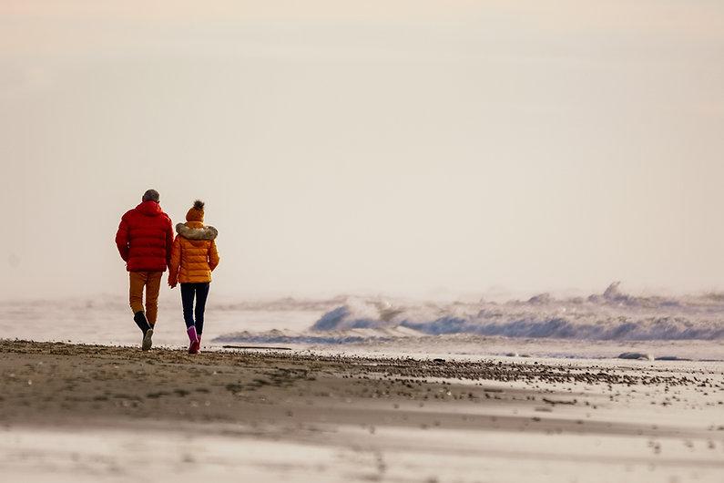 Des promeneurs sur la plage en Gironde