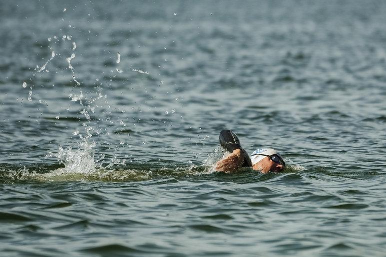 nageur dans le lac de l'étang du puits