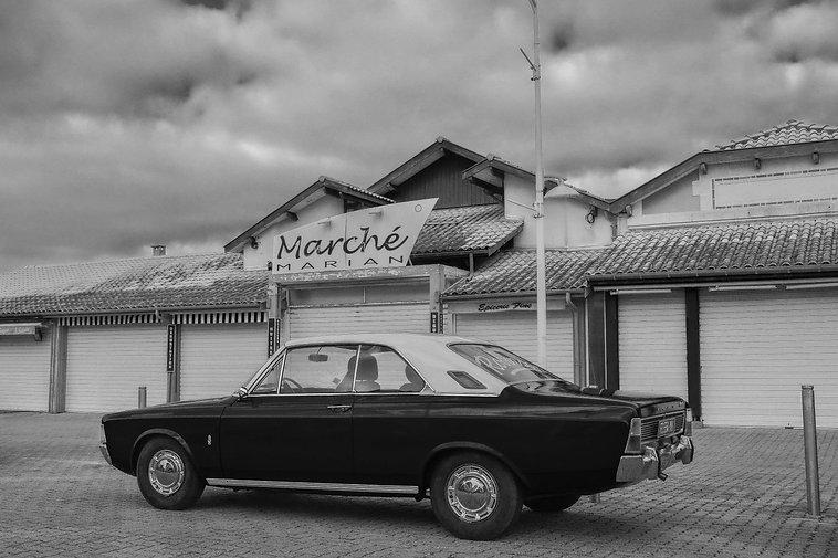 Photo en noir et blanc d'une voiture