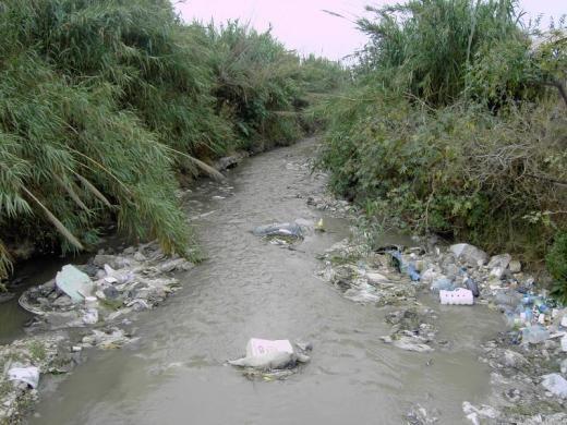 Pollution d'une rivière