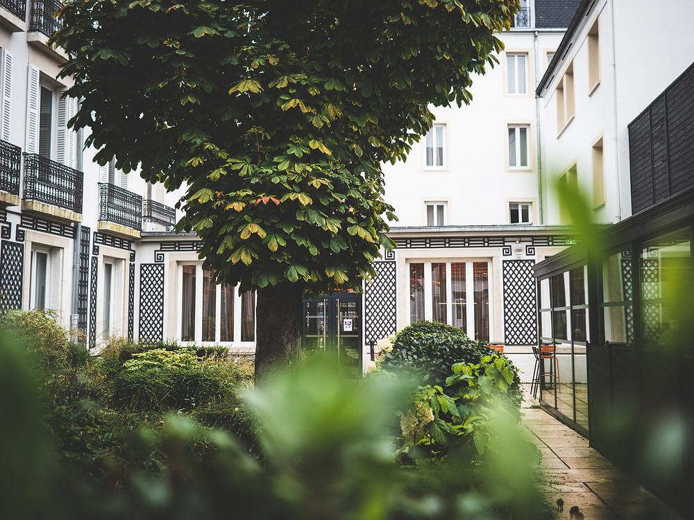 Le jardin de l'hôtel, un endroit calme et reposant - patio, piscine, luxuriant