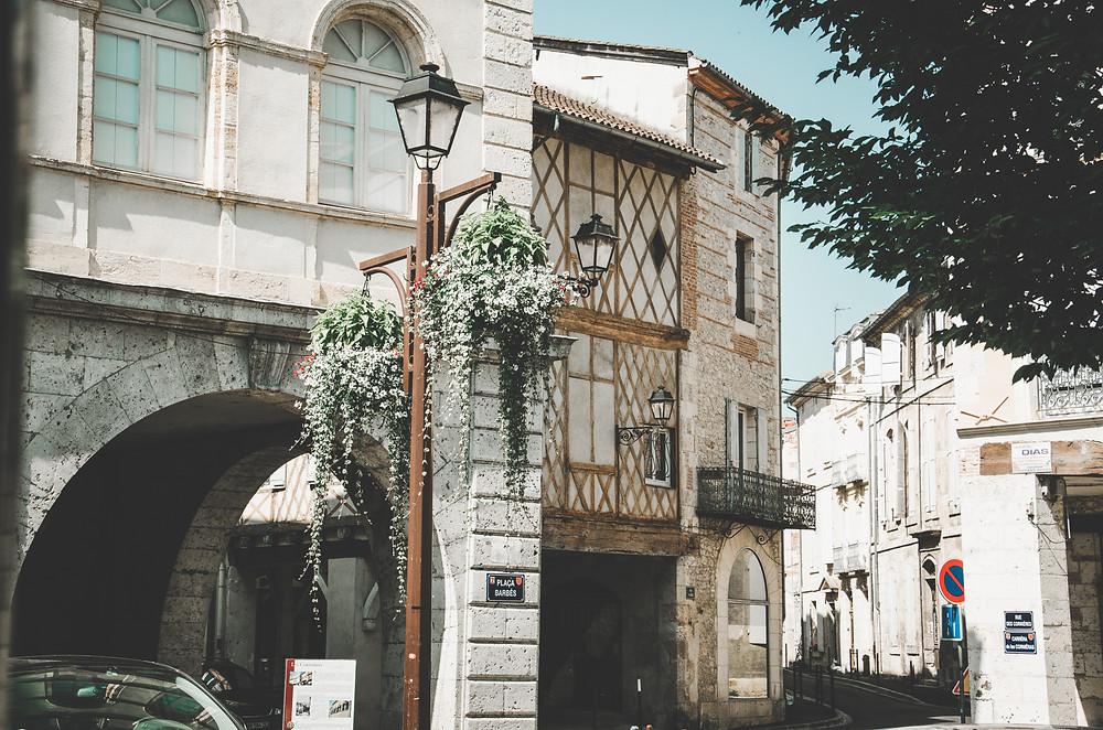 Rues charmantes d'Agen Aquitaine pavés cornières colombage