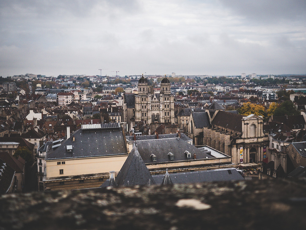 Vue panoramique depuis la tour Philippe Le Bon sur l'église Saint-Michel de Dijon