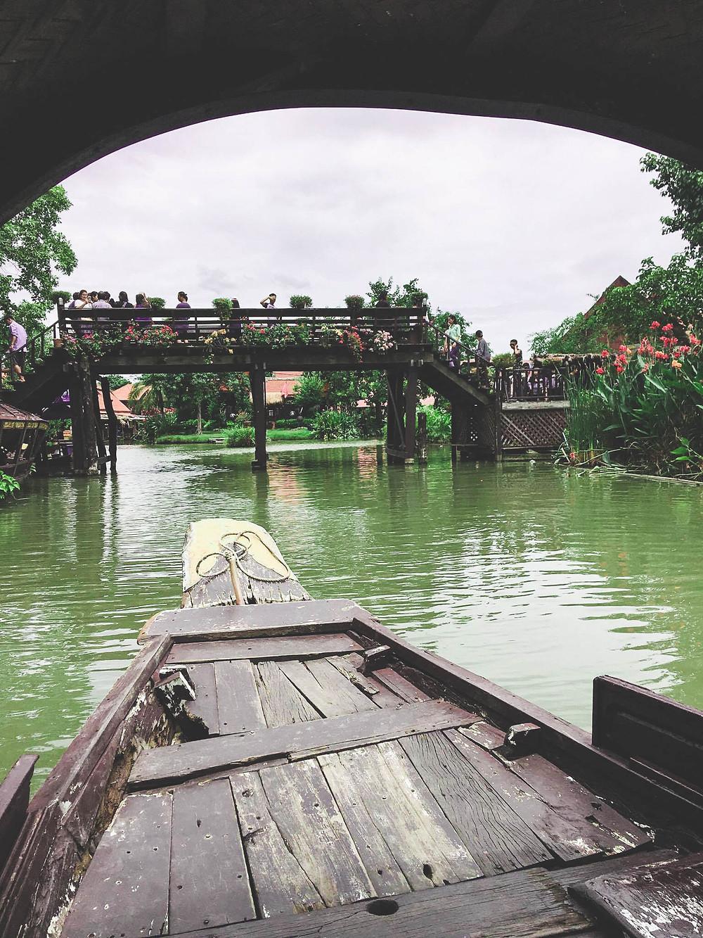 Barque autour du Ayothaya floating market