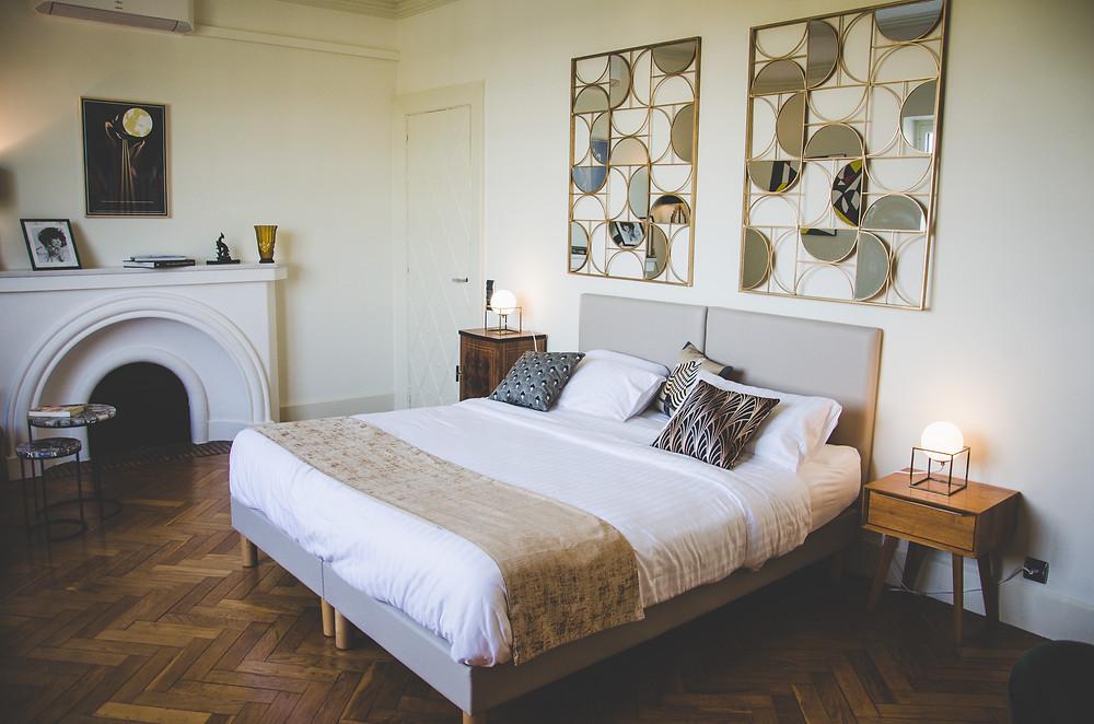 Chambre chez Quand La Ville Dort Agen art déco luxe décoration lit miroir