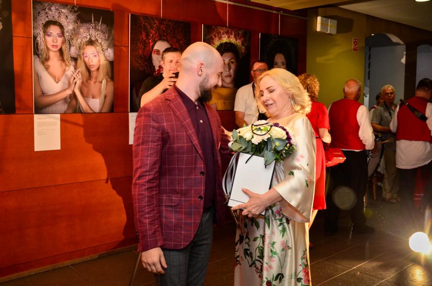 """Aktorka Olga Bończyk w zamyśleniu ogląda wystawę Maksymiliana Ławrynowicza """"Ikony"""""""