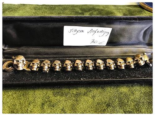 Armband, aus Silber mit Totenköpfe