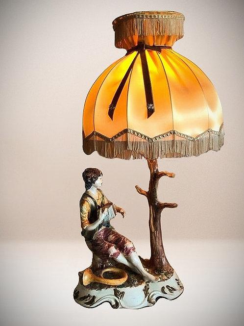 Tischlampe in Form eines jungen Mannes, der Akkordeon spielt