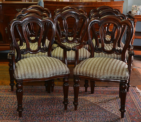 A set of eight Victorian style mahogany Dining Chairs, including two carvers. R22995
