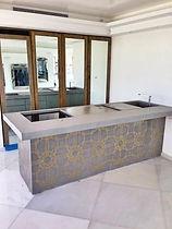 מטבח בטון אדריכלי משולב הטבעות מתכת