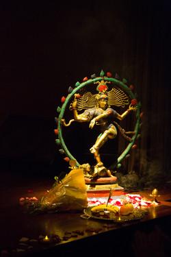 Un splendide Shiva orne la scène