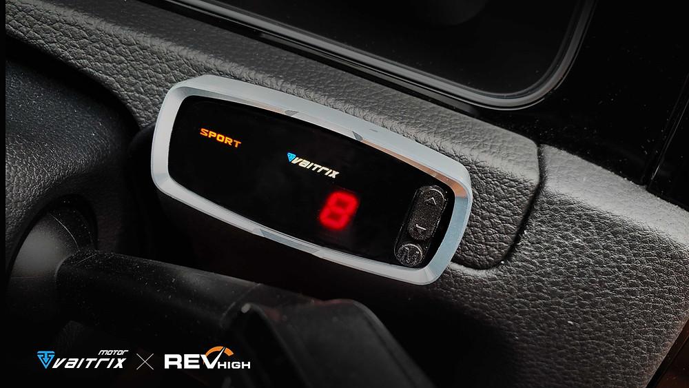 v來自澳洲的汽車改裝品牌VAITRIX麥翠斯有最廣泛的車種適用產品,含汽油、柴油、油電混合車專用電子油門控制加速器,搭配外掛晶片及內寫,高品質且無後遺症之動力提升,也可由專屬藍芽App–AirForce GO切換一階、二階、三階ECU模式。外掛晶片及電子油門控制器不影響原車引擎保固,搭配不眩光儀錶,提升馬力同時監控愛車狀況。另有馬力提升專用水噴射可程式電腦及套件,改裝愛車不傷車。適用品牌車款: Audi奧迪、BMW寶馬、Porsche保時捷、Benz賓士、Honda本田、Toyota豐田、Mitsubishi三菱、Mazda馬自達、Nissan日產、Subaru速霸陸、VW福斯、Volvo富豪、Luxgen納智捷、Ford福特、Hyundai現代、Skoda斯柯達、Mini; Altis、CRV、CHR、Kicks、Cla45、Focus mk4、Sienta 、Camry、Golf GTI、Polo、Kuga、Tiida、U7、Rav4、Odyssey、Santa Fe新土匪、C63s、Lancer Fortis、Elantra Sport、Auris、Mini R56、ST LINE、535i、Tiguan...等。