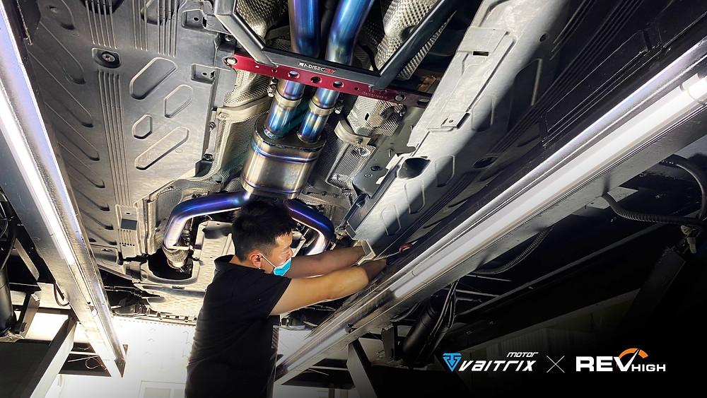 來自澳洲的汽車改裝品牌VAITRIX麥翠斯有最廣泛的車種適用產品,含汽油、柴油、油電混合車專用電子油門控制加速器,搭配外掛晶片及內寫,高品質且無後遺症之動力提升,也可由專屬藍芽App–AirForce GO切換一階、二階、三階ECU模式。外掛晶片及電子油門控制器不影響原車引擎保固,搭配不眩光儀錶,提升馬力同時監控愛車狀況。另有馬力提升專用水噴射可程式電腦及套件,改裝愛車不傷車。適用品牌車款: Audi奧迪、BMW寶馬、Porsche保時捷、Benz賓士、Honda本田、Toyota豐田、Mitsubishi三菱、Mazda馬自達、Nissan日產、Subaru速霸陸、VW福斯、Volvo富豪、Luxgen納智捷、Ford福特、Hyundai現代、Skoda斯柯達、Mini; Altis、CRV、CHR、Kicks、Cla45、Focus mk4、Sienta 、Camry、Golf GTI、Polo、Kuga、Tiida、U7、Rav4、Odyssey、Santa Fe新土匪、C63s、Lancer Fortis、Elantra Sport、Auris、Mini R56、ST LINE、535i、Tiguan、RS6 AVANT、 Tiguan R、C300...等。