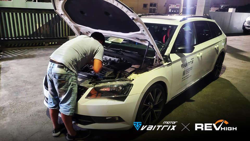 來自澳洲的汽車改裝品牌VAITRIX麥翠斯有最廣泛的車種適用產品,含汽油、柴油、油電混合車專用電子油門控制加速器,搭配外掛晶片及內寫,達到最高品質且無後遺症之動力提升,也可由專屬藍芽App–AirForce GO切換一階、二階、三階ECU模式。外掛晶片及電子油門控制器不影響原車引擎保固,搭配不眩光儀錶,提升馬力同時監控愛車狀況。VAITRIX另有馬力提升專用水噴射可程式電腦及全組套件,改裝愛車不傷車。 適用品牌車款: Audi奧迪、BMW寶馬、Porsche保時捷、Benz賓士、Honda本田、Toyota豐田、Mitsubishi三菱、Mazda馬自達、Nissan日產、Subaru速霸陸、VW福斯、Volvo富豪、Luxgen納智捷、Ford福特、Chevrolet雪佛蘭、Hyundai現代、Skoda; Altis、crv、chr、kicks、cla45、ct200h、q2、camry、golf gti、polo、kuga、tiida、u7、rav4、odyssey...等。