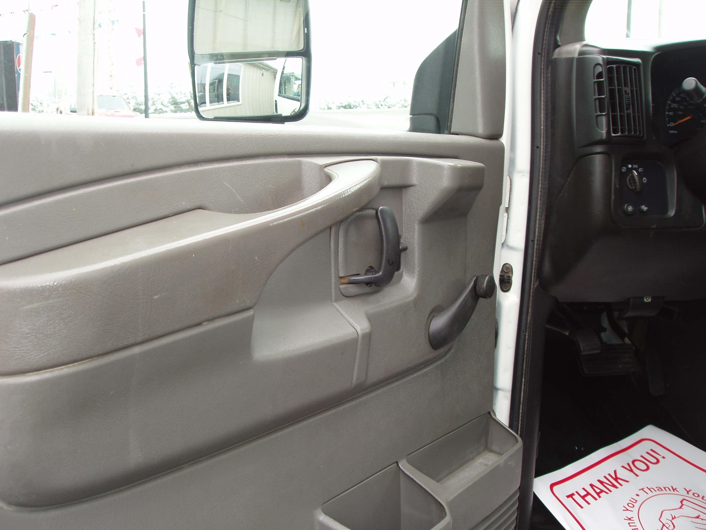 2005 Chevrolet 3500 12' Box P9120010