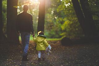 Padre e hijo caminando en el parque