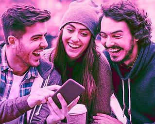 Tres jovenes mirando su celular