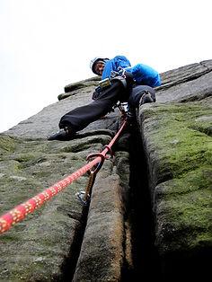 Una persona liderando a un equipo escalando
