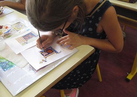 Atelier calligraphie en primaire