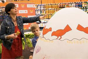"""Vaikai spalvino šventinį """"Maisto banko"""" akcijos kiaušinį"""