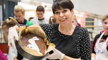 Nomeda Marčėnaitė su globos namų auklėtiniais atidarė Velykų kepyklėlę