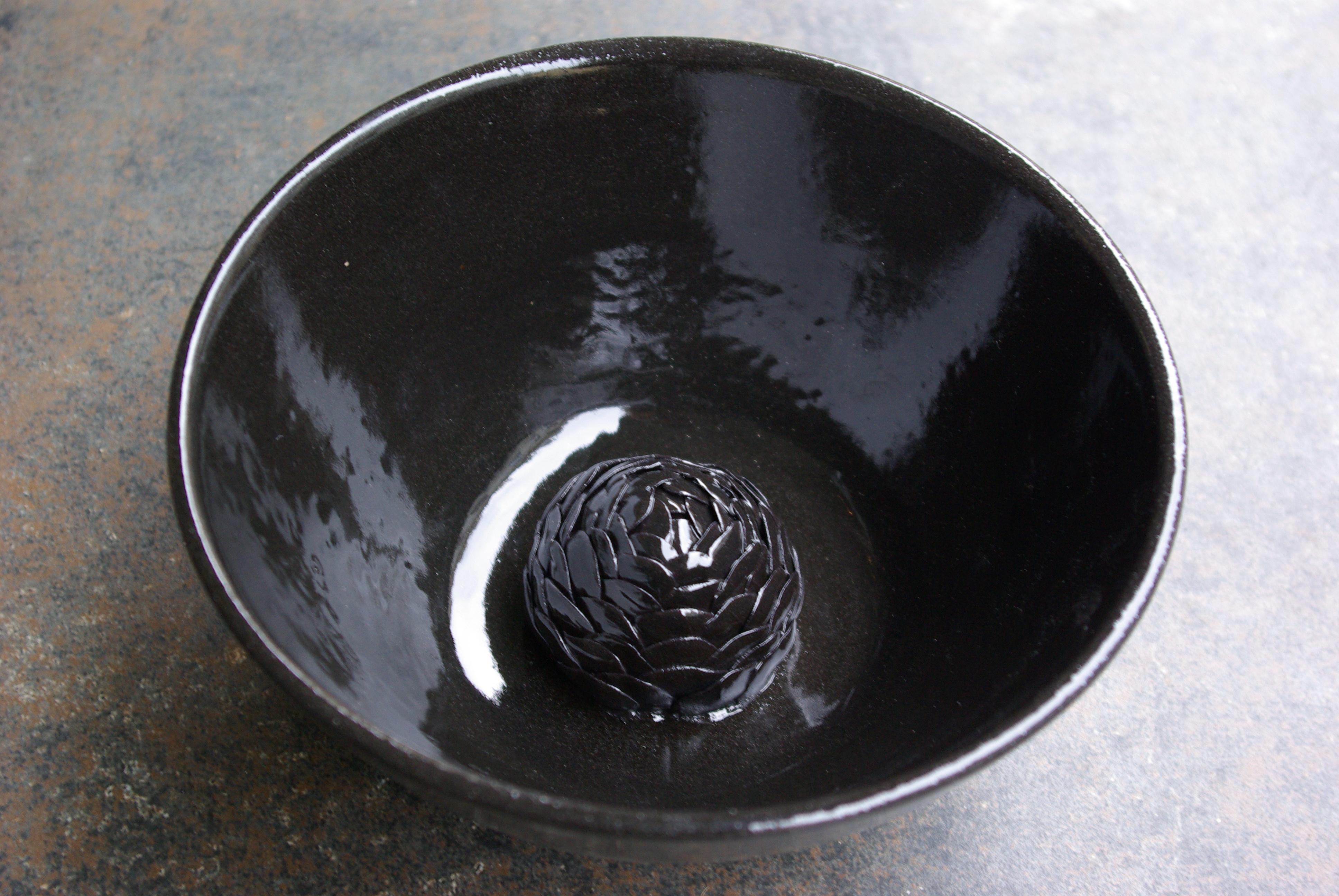 Juodas dubuo su žiedu