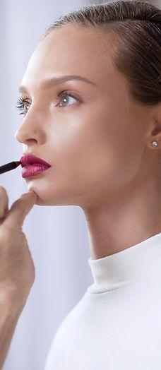 Modelo aplica el lápiz labial