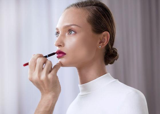 Modelo Aplicando Lipstick