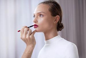 口紅を適用するモデル