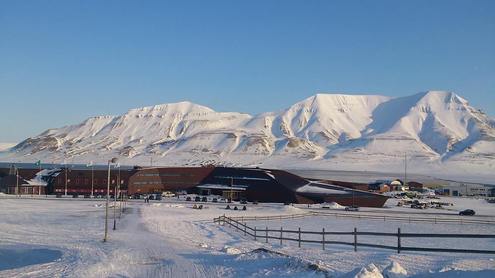 UNIS (Hiorth-fjellet i bagrunnen)