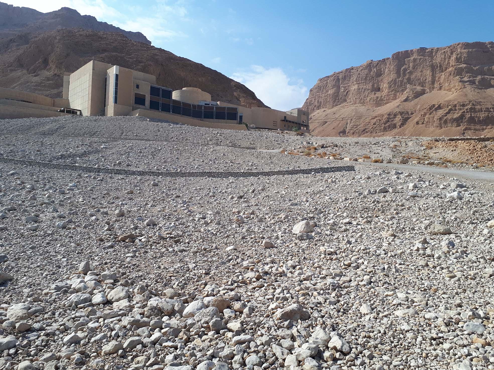 המדרון לאחר השיקום - מצדה ומרכז המבקרים ברקע