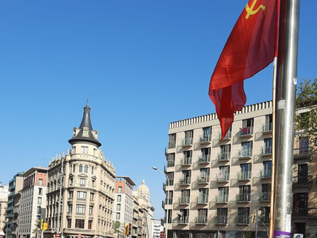 La Bandera Roja oneja a la Plaça Universitat de Barcelona