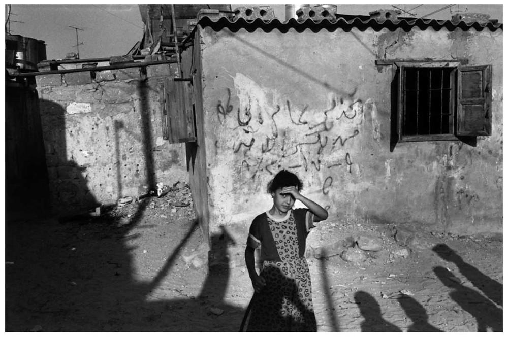 Allah O Akbar Una joven en el campo de refugiados de Jalabiya para palestinos. Gaza, Palestina. 1991. © Abbas | Magnum PhotosLicense |