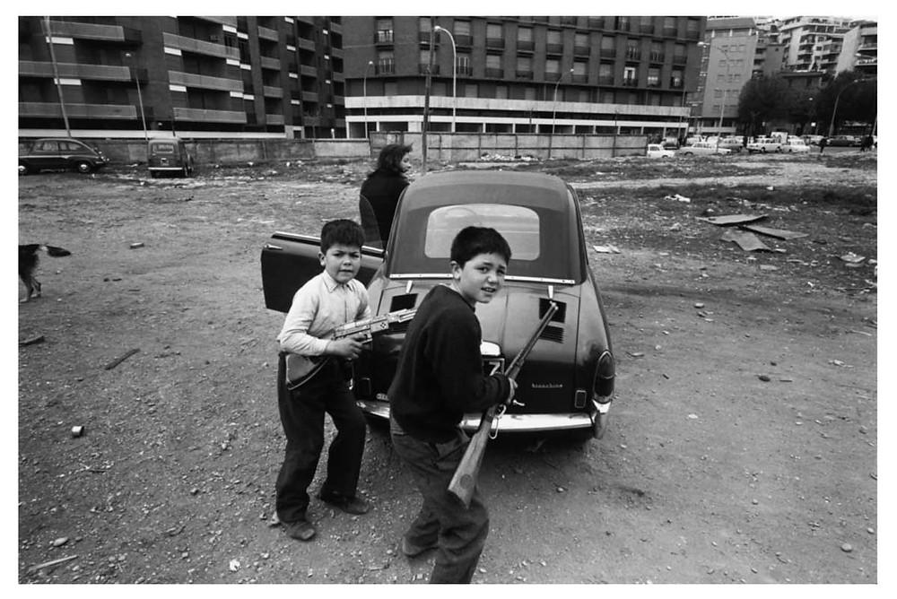 chicos italianos con rifles. Roma, Italia. 1964. © Bruno Barbey | Magnum PhotosLicense |