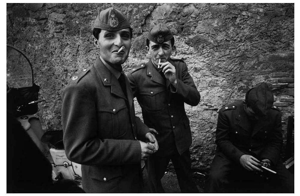 Los italianos Hombres en licencia del servicio militar. Lazio, Roma, Italia. 1963. © Bruno Barbey | Magnum PhotosLicense |