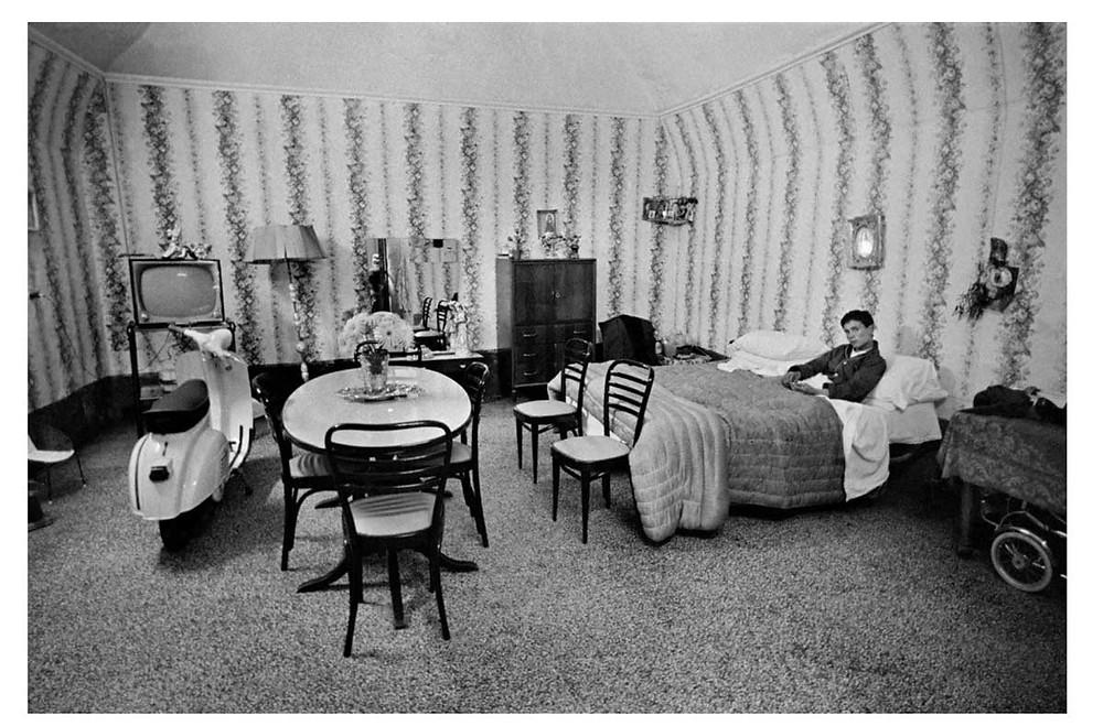 Los italianos Un hombre en la cama en la región de Campania. Nápoles, Italia. 1963. © Bruno Barbey | Magnum PhotosLicense |