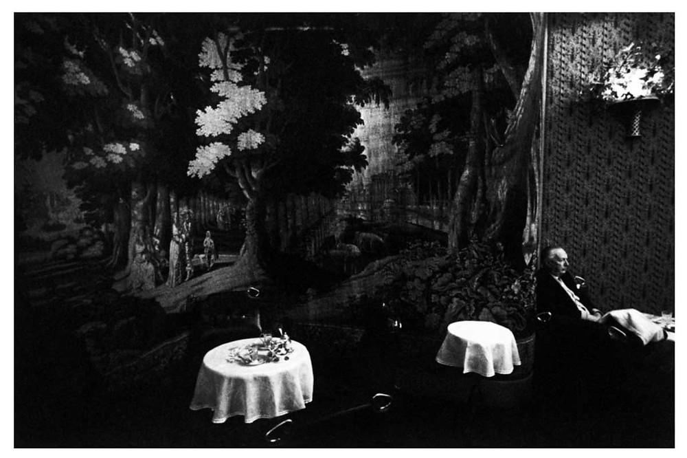Hombre en reposo en un café de la región de Lombardía. Milán, Italia. 1966. © Bruno Barbey | Magnum PhotosLicense |