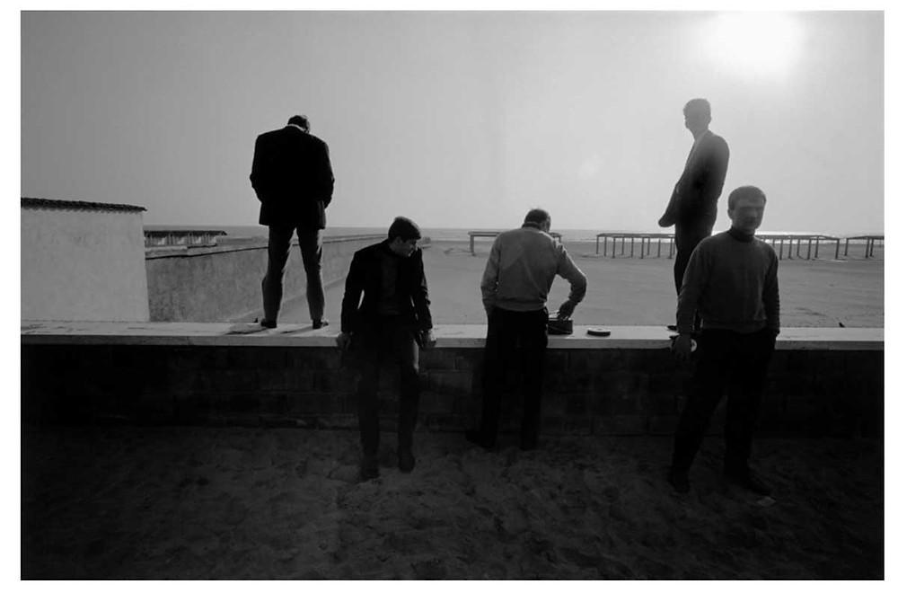 Hombres en la playa de Ostia. Roma, Italia. 1964. © Bruno Barbey | Magnum PhotosLicense |