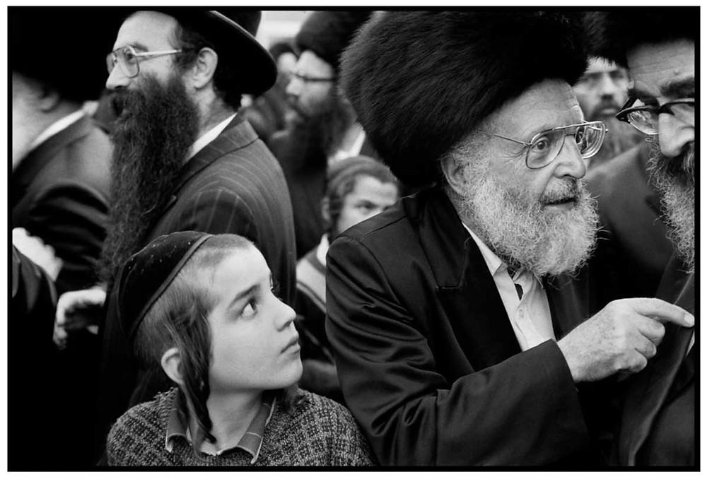 Allah O Akbar Jóvenes y viejos judíos jasídicos. Jerusalén, Israel. 1991 © Abbas | Magnum PhotosLicense |