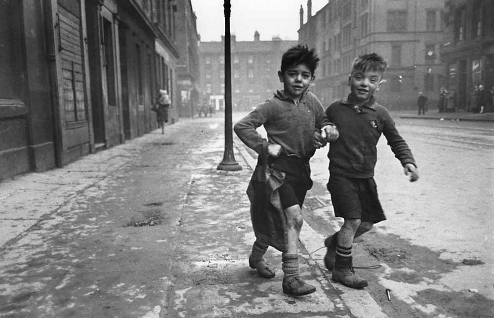 Dos niños pobres andan abrazos