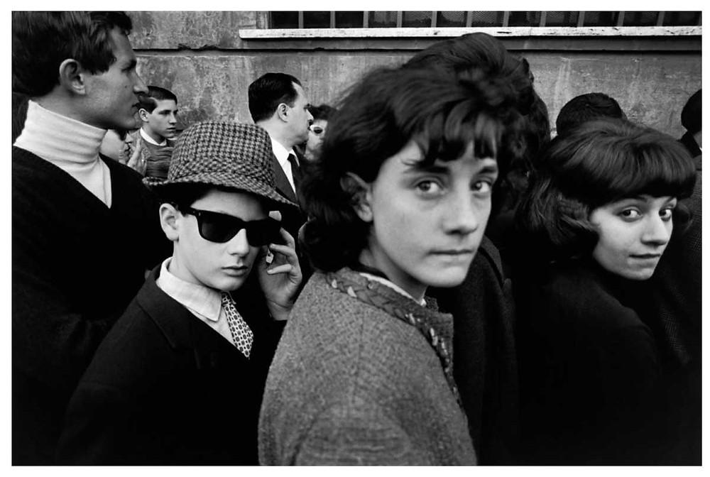 Un grupo se reúne en el Lazio, Roma, Italia. 1966. Bruno Barbey | Magnum PhotosLicense |