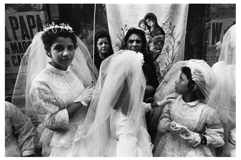 Los italianos La primera comunión de una niña en la región de Campania. Nápoles, Italia. 1966. © Bruno Barbey | Magnum PhotosLicense |
