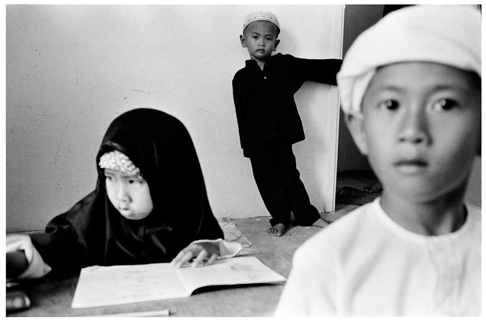Allah O Akbar Escolares de la secta fundamentalista islámica al-Arqam. Cerca de Ipoh, Malasia. 1987. © Abbas | Magnum PhotosLicense |