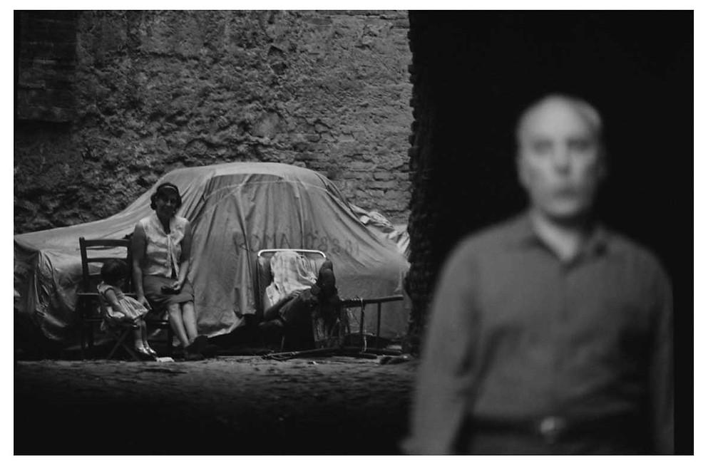 The Italians. Una mujer, dos niños y un hombre en Roma, Italia. 1964. Bruno Barbey | Magnum PhotosLicense |