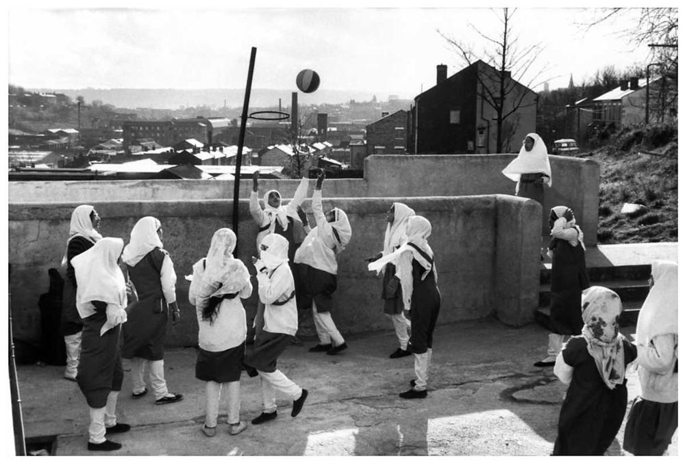 Allah O Akbar En la Escuela Secundaria de Niñas Musulmanas de Zakaria, financiada por la comunidad musulmana, las niñas en hijab (vestido islámico) juegan al touchball. Batley, Yorkshire, Reino Unido. 1989. Abbas | Magnum PhotosLicense |