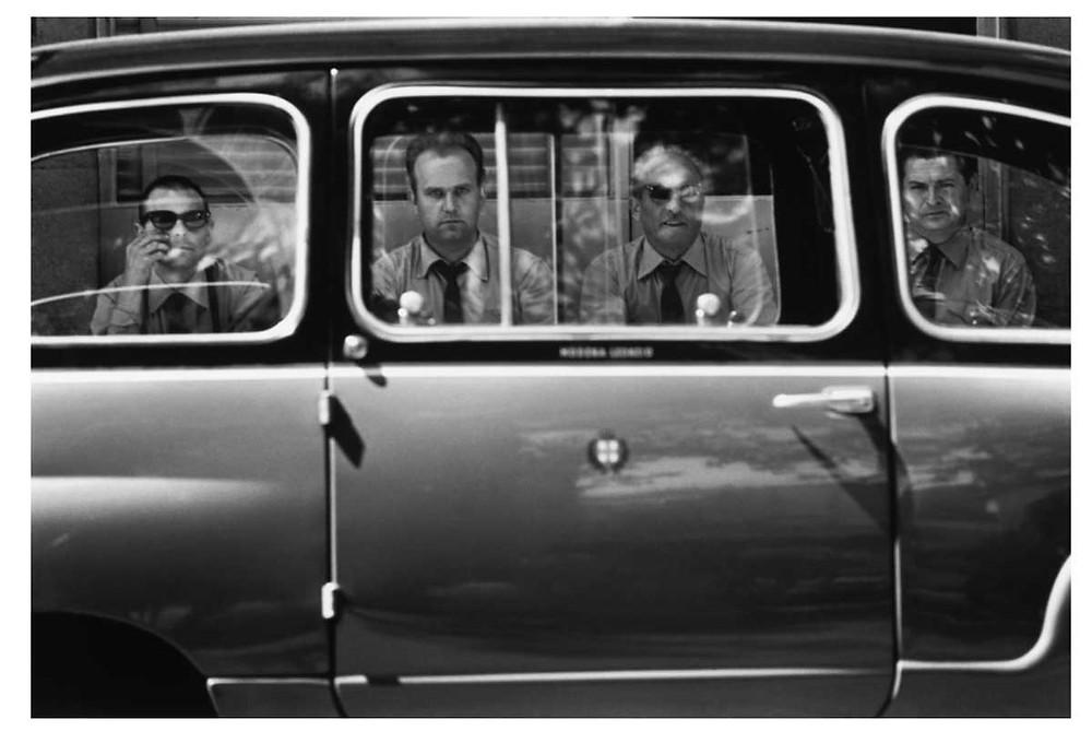 he Italians. Hombres vistos a través de las ventanas de un coche. Milán, Italia. 1964. © Bruno Barbey | Magnum PhotosLicense |