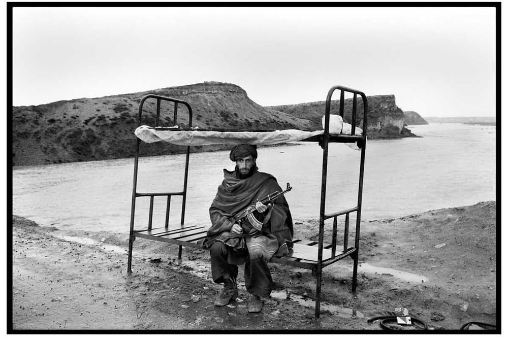 Alá O Akbar Un Mujahid del Hezbi-Islami (partido islámico liderado por Gulbuddin Hekmatyar) vigila el camino a la capital. Cerca de Kabul, Afganistán. 1992. © Abbas | Magnum PhotosLicense |