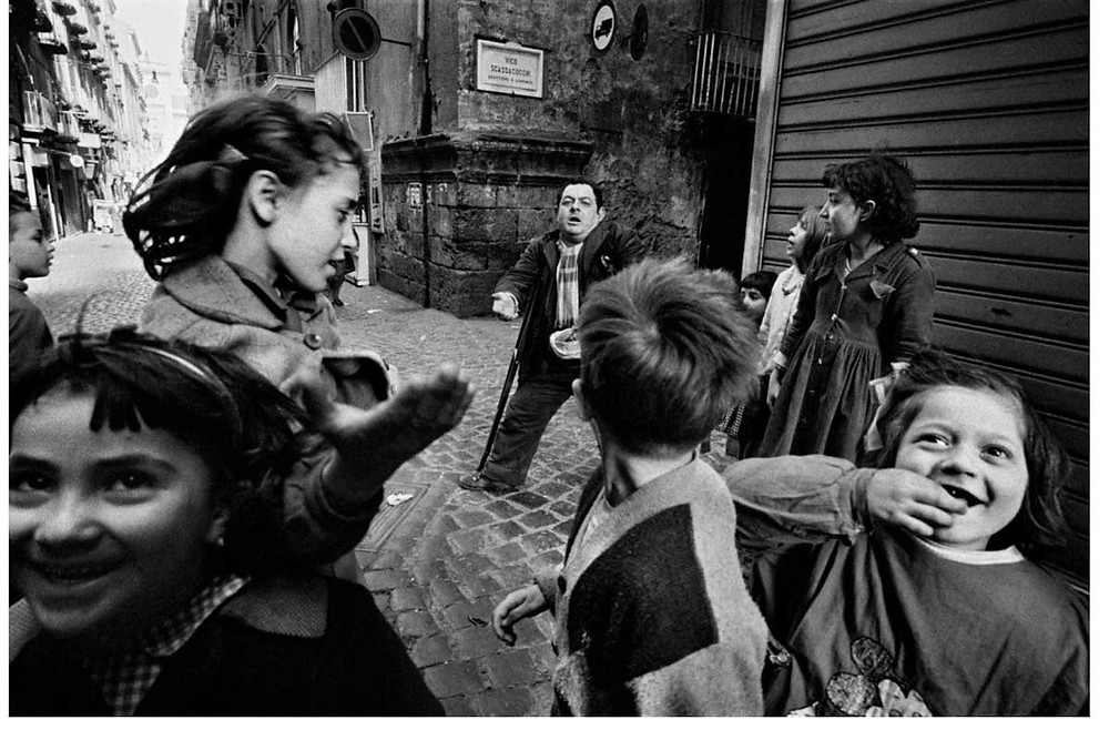 Bruno Barbey | Los niños italianos y un mendigo. Nápoles, Italia. 1962. © Bruno Barbey | Magnum PhotosLicense |