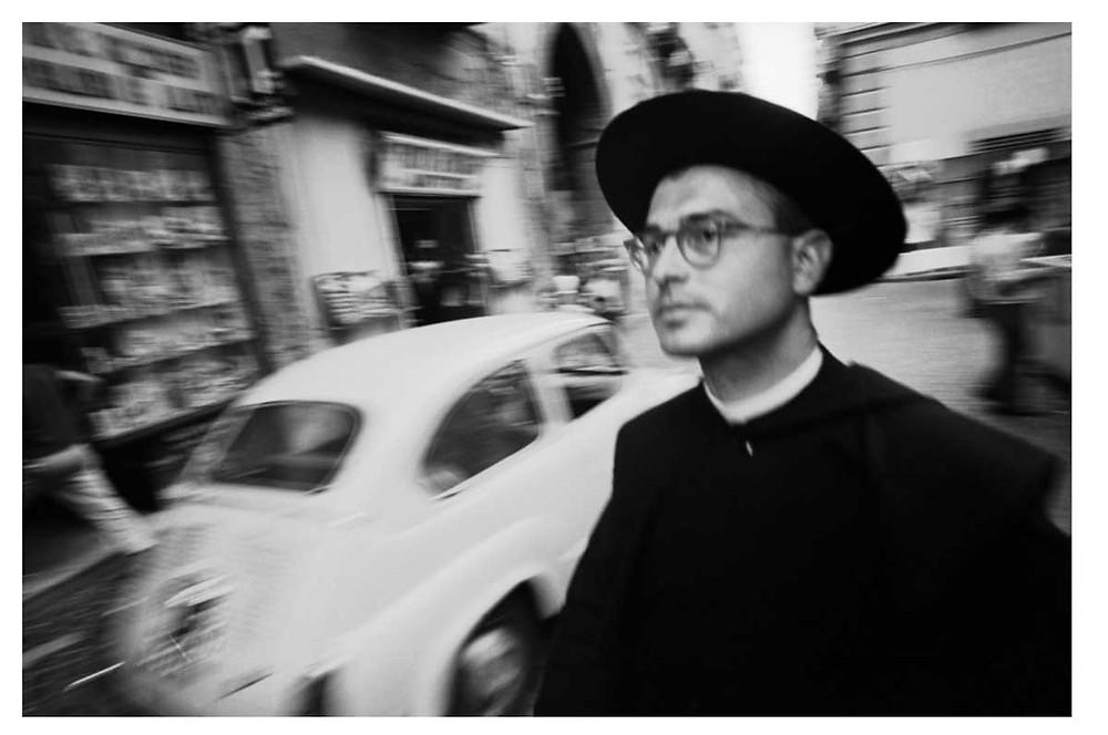 Un sacerdote con gafas en Nápoles, Italia. 1964. Bruno Barbey | Magnum PhotosLicense |