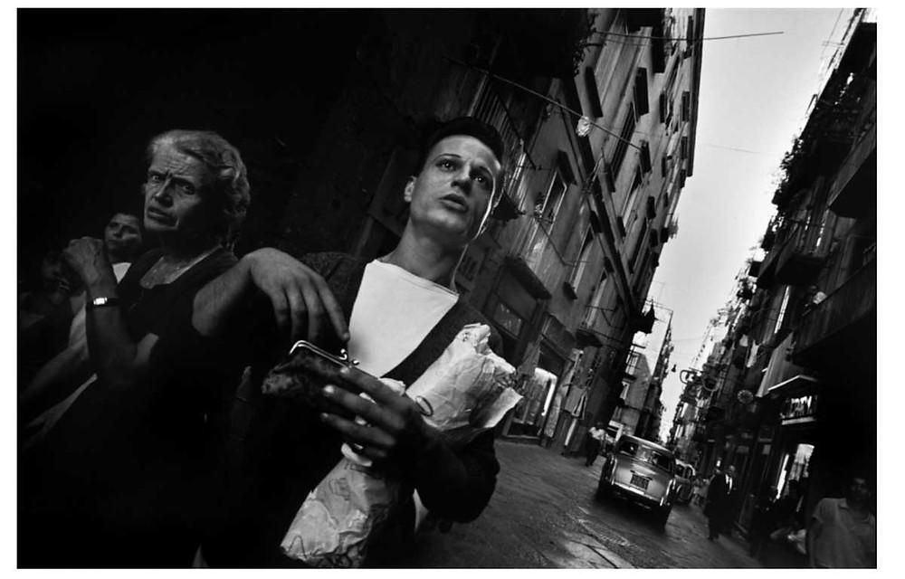 Una anciana y un hombre con pan. Nápoles, Italia. 1966. © Bruno Barbey | Magnum PhotosLicense |